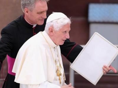 """Benedykt XVI o celibacie: """"Nie da się realizować i kapłaństwa, i małżeństwa"""""""