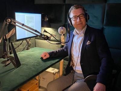 Maciej Orłoś – dziennikarz Radia Nowy Świat. Wiek, wzrost, waga, Instagram, kariera, żona, dzieci