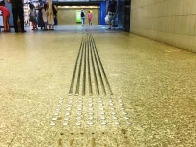 Niebezpieczne listwy w metrze – znikną w tym roku?