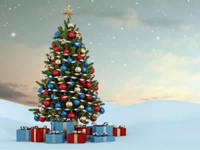 Choinka bożonarodzeniowa – skąd wziął się pomysł na kolorowo zdobione drzewko?